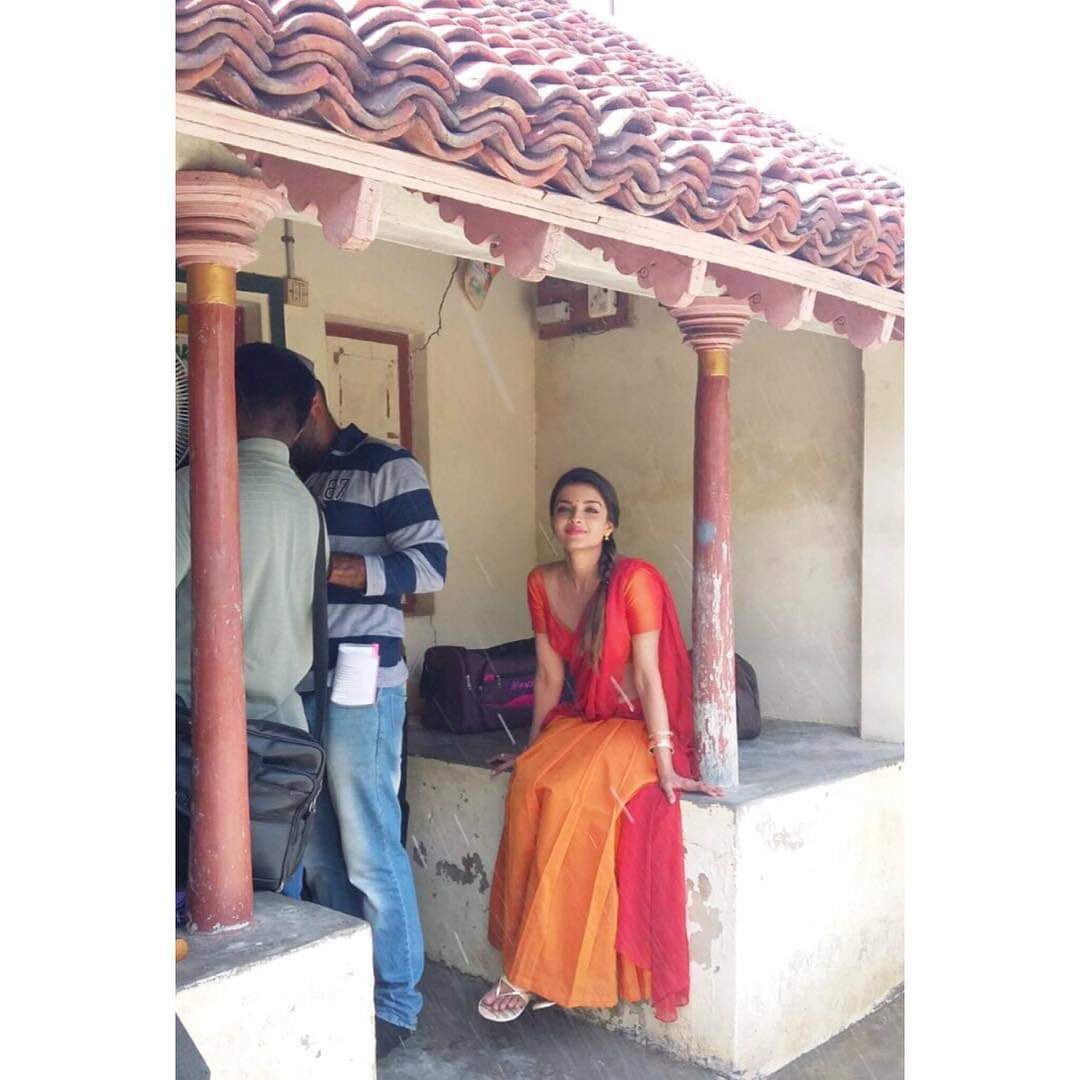 Ashna Zaveri in Sizzling Saree and Green Choli stills from Ivanuku Engeyo Macham Irukku movie