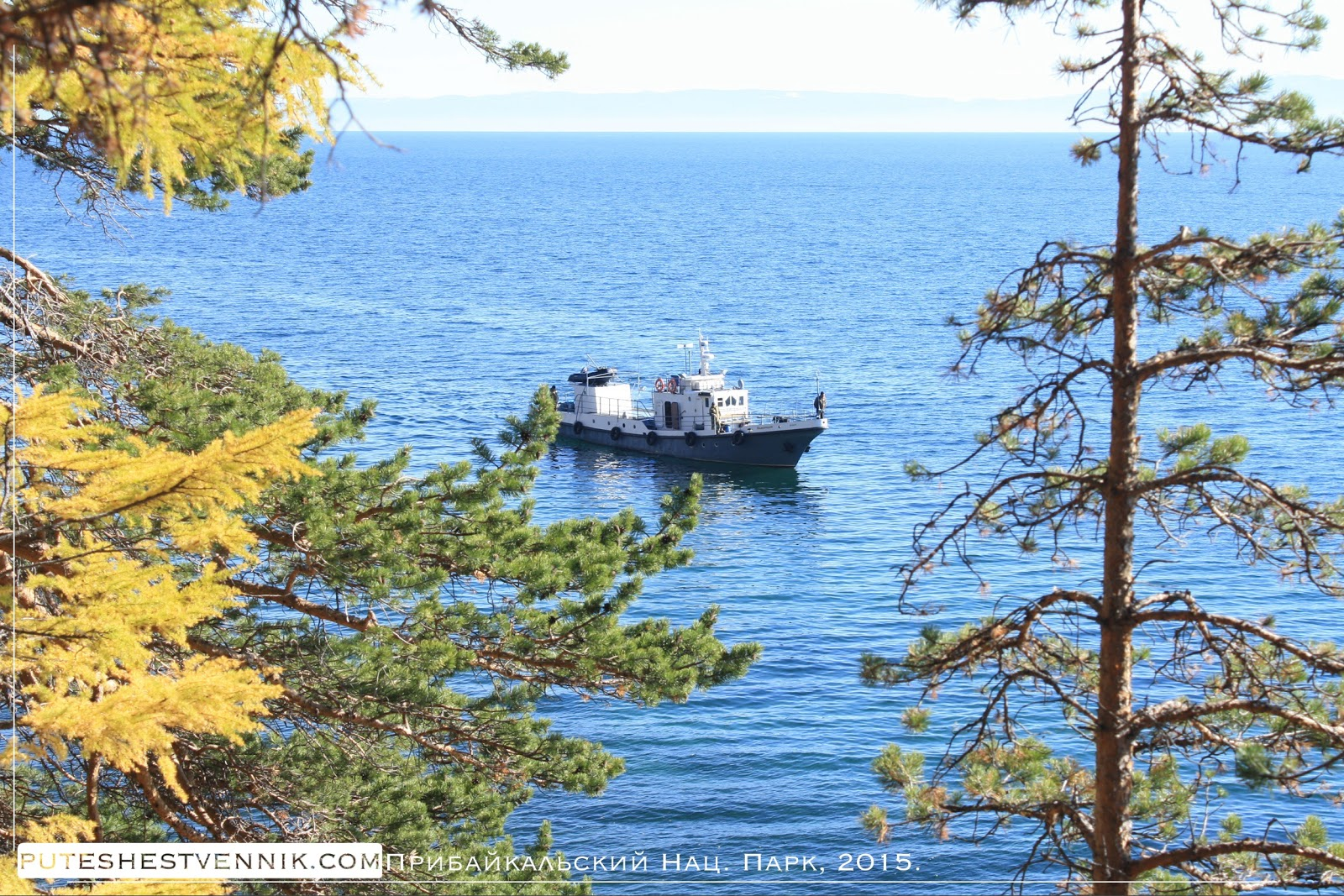 Катер на озере Байкал осенью