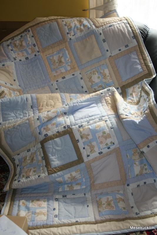 Ágytakaró mérete  130x210 cm. Világoskék és krém színvilágban készült  patchwork ágytakaró. Az egyszínű blokkokba különböző motívumokat steppeltem. 5428f02f9d
