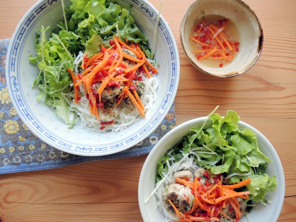 katiecrackernuts.blogspot.com.au || noodle bowl with Vietnamese-style bun cha meatballs