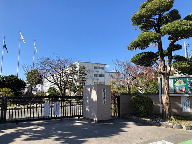 中ノ町小学校、中ノ町の由来は江戸時代東海道に於いてちょうど江戸と京都の真ん中に位置したため(2019年11月15日撮影)