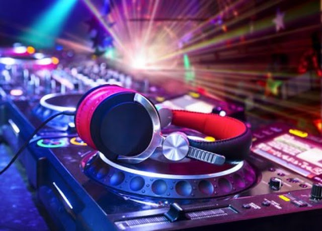 Definir el programa de las canciones de la boda - Foto: www.kombiweddings.com