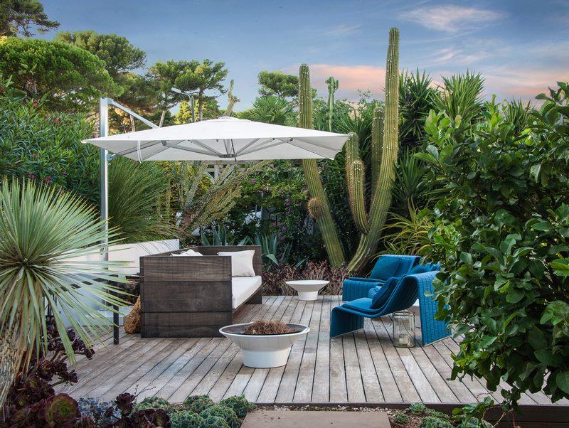 Suelo de madera en Jardín con plantas suculentas, diseñado por el Anthony Paul en Cap d'Antibes,  Alpes Marítimos, sur de Francia