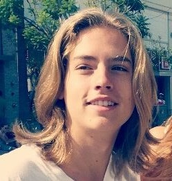 Cole Sprouse mide 1,80