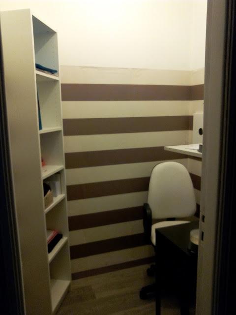 Banheiro transformado em escritório