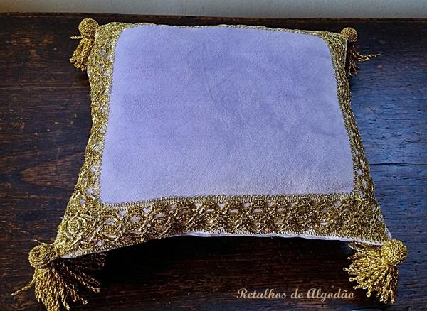 Almofada princesinha Sofia ou princesa Tiana na cor lilás com detalhes dourados
