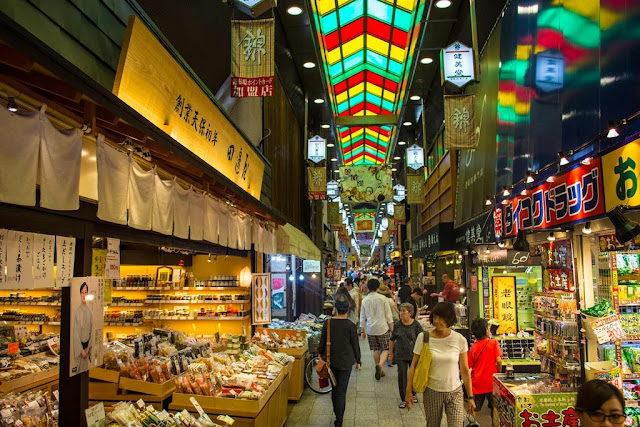 Backpacker ke Nishiki Market di Jepang