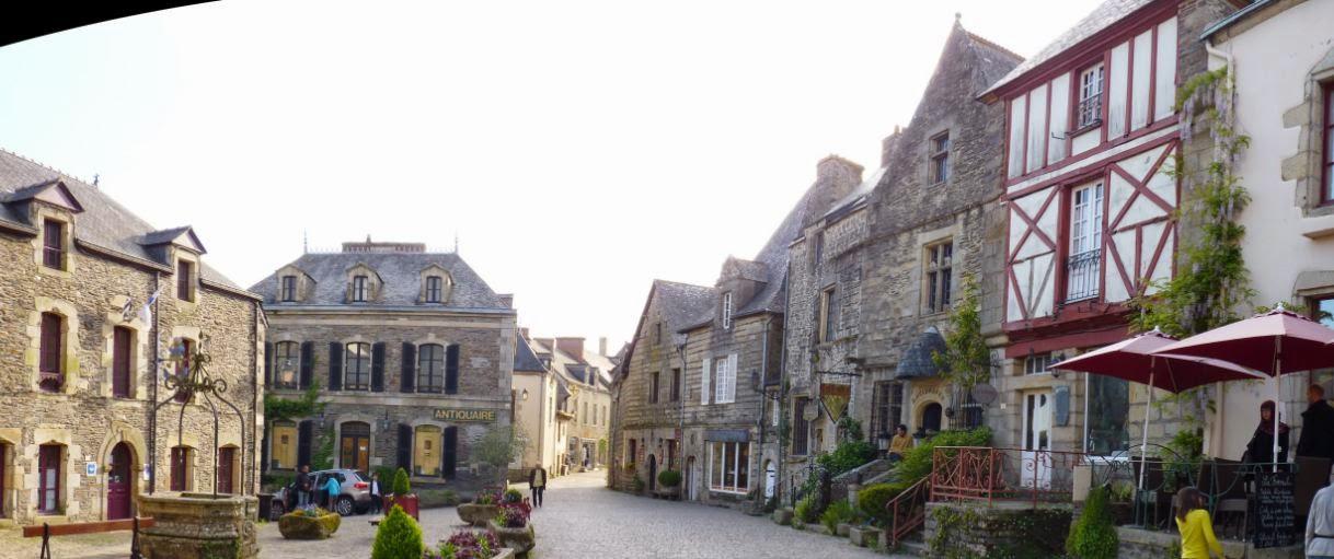 Rochefort-en-Terre, la Place des Puits.