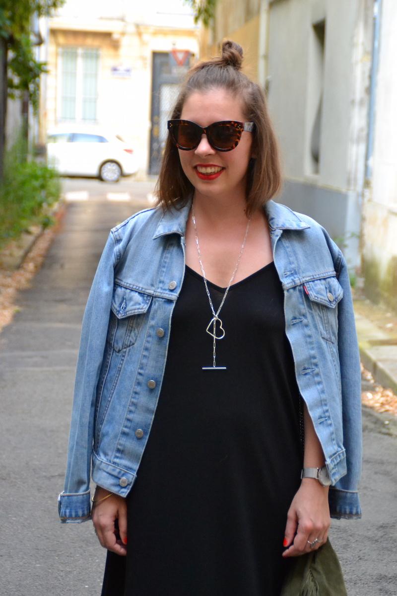 robe longue noire Asos, veste en jean Levi's, collier SeeMeOrg