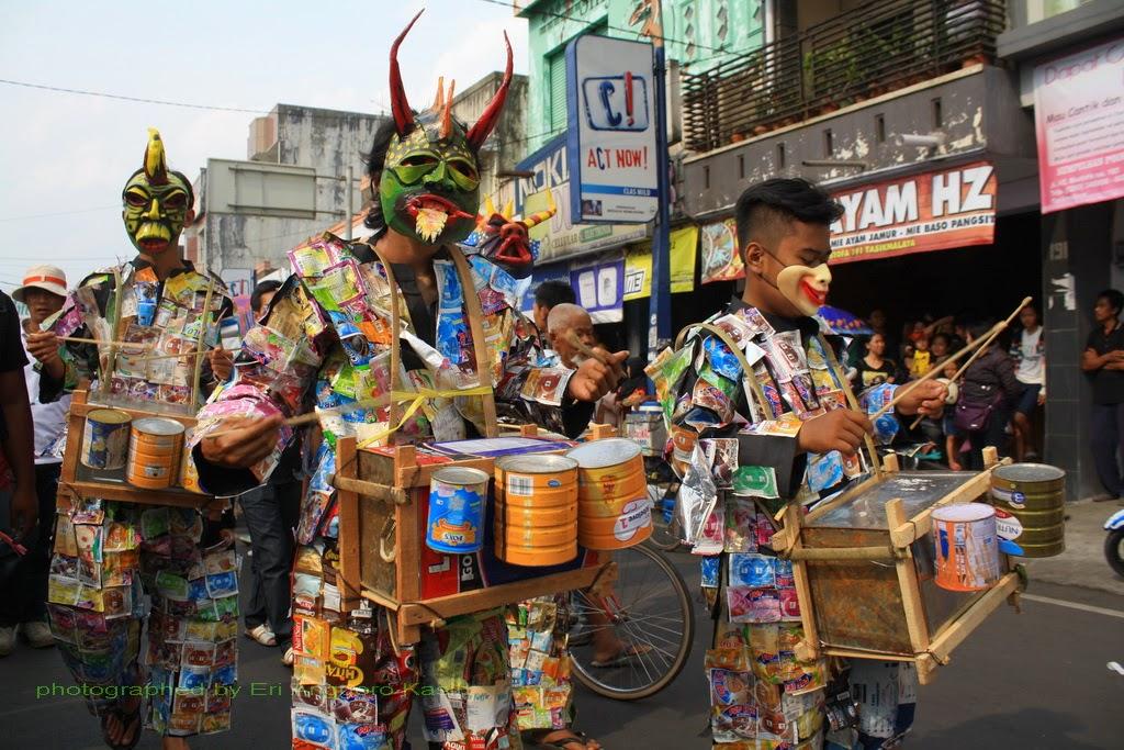 Drum Band dari barang bekas berkostum kemasan bekas yang mengiringi Seni Badawang