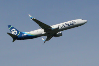 Alaska Airlines Boeing 737 departs Seattle-Tacoma International Airport (SEA)