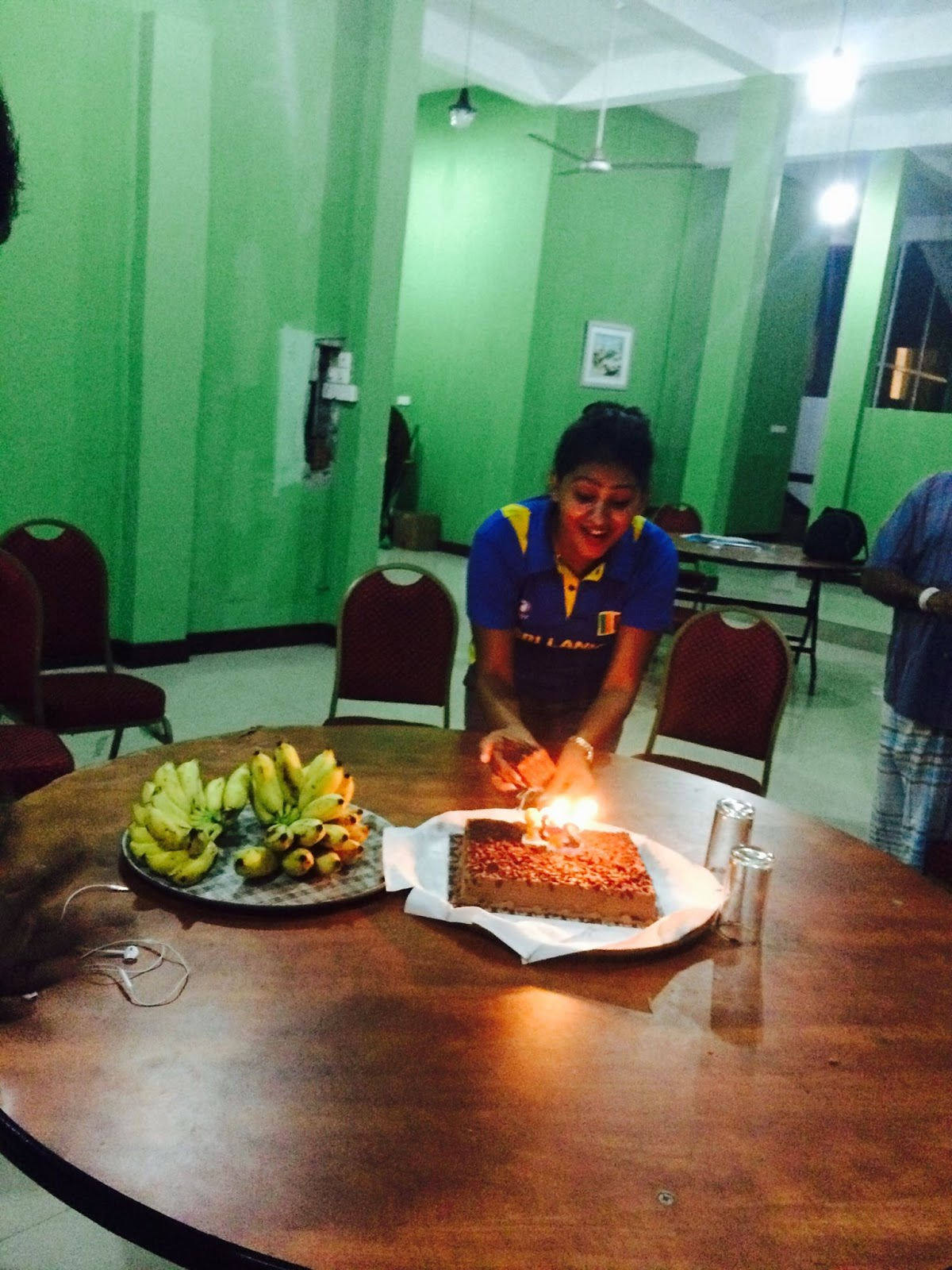 piumi hansamali cutting birthday cake