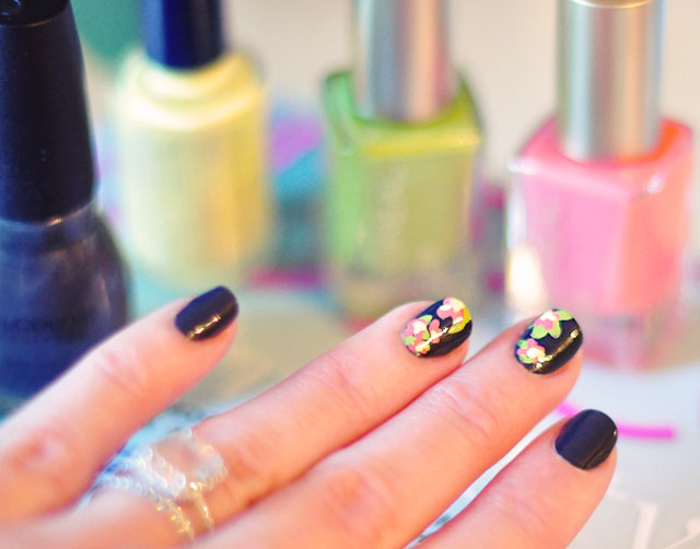 DIY flower nail art, hand painted accent nails