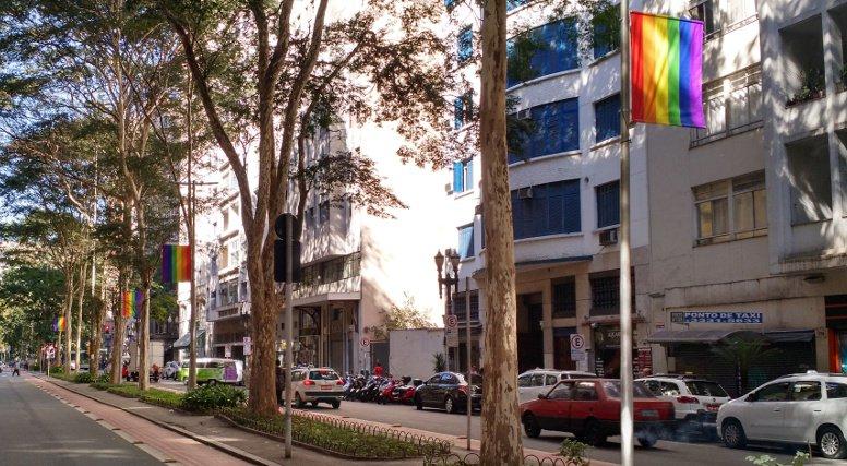 Após pedido de moradores, bandeiras LGBT no Largo do Arouche serão permanentes
