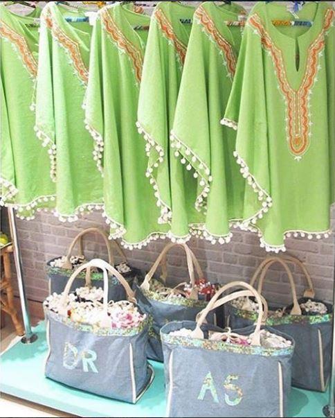 Foto das batas penduradas e bolsa de praia abaixo kit casamento