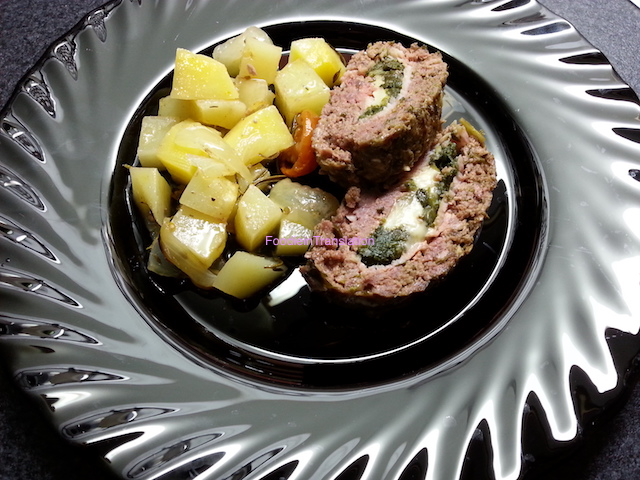 Polpettone ripieno al forno con patate e pomodorini - Baked stuffed meatloaf with potatoes and cherry tomatoes