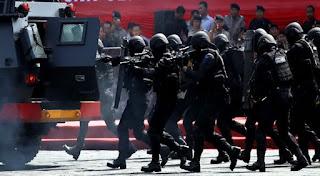 Waduh Ternyata Selain Menembak, Terduga Teroris Tangsel juga sempat Melempar Bom ke Arah Petugas - Commando