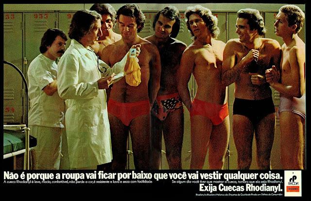 Propaganda das Cuecas Rhodianyl veiculada em 1974: homens recebendo orientação de vestimenta em um vestiário.