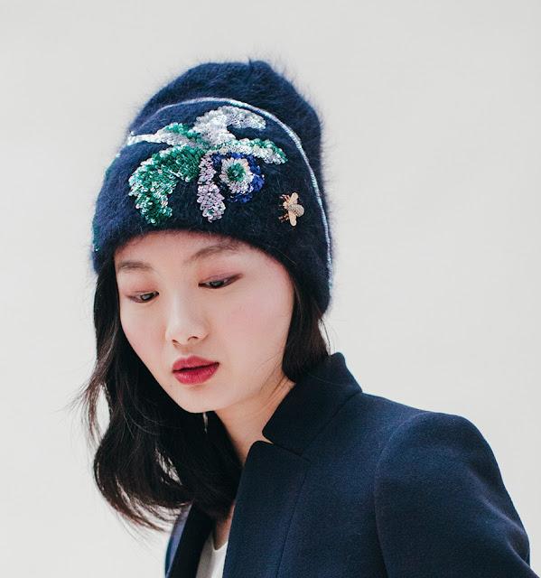 elegante berretto ricamato Jennifer Behr in angora blu