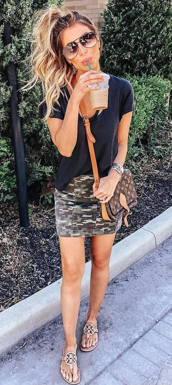 how to wear a khaki skirt : flip-flop + t-shirt + bag