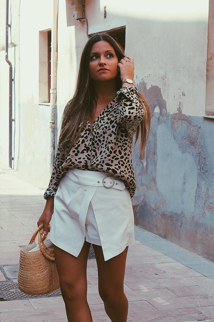 Look con camisa de leopardo