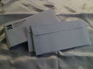 cetak amplop putih dengan logo perusahaan