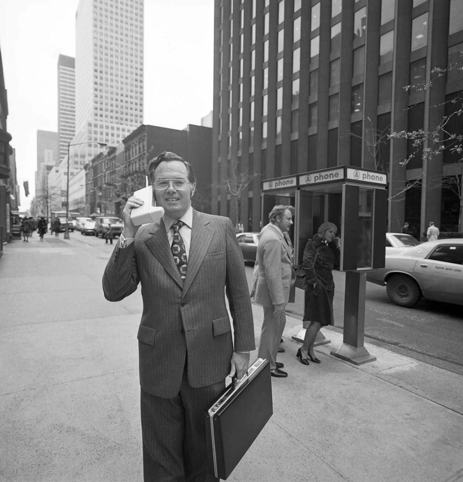 John Mitchell com seu telefone nas ruas de Nova York. Ele ajudou a desenvolver o design do primeiro celular. 1973.
