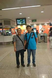 Bambang DC dan putranya di stasiun MRT Singapura