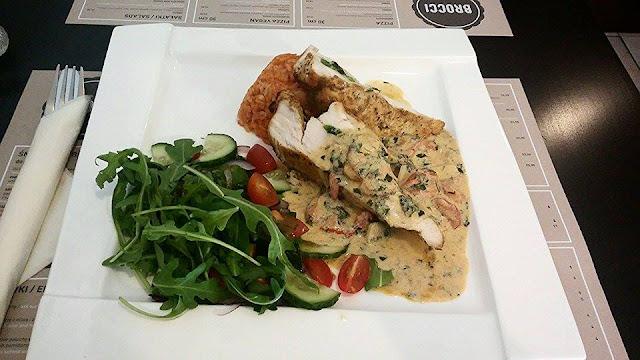 faszerowana szpinakiem baby i gorgonzolą pierś kurczaka z sosem Amaretto w Brocci