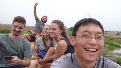 Jeffrey durante su viaje solidario a Camboya. La amistad forma parte de la aventura.