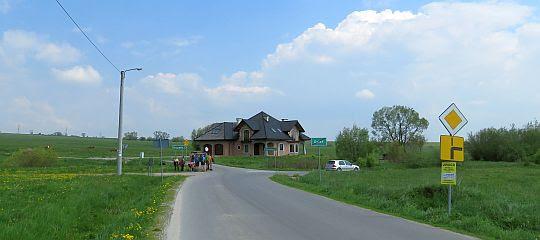 Rozejście dróg na granicy wsi Dział.