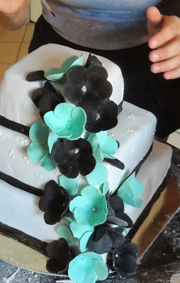 Fotografia della torta a tre piani per festeggiare i diciotto anni dal blog Frizzi e pasticci di Cecilia e Viola