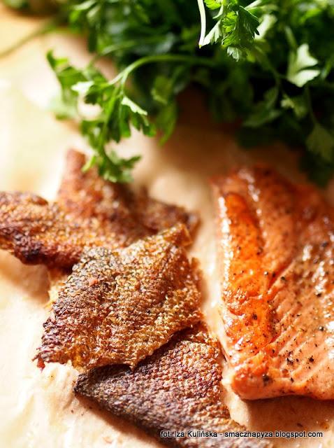 pstrag lososiowy, ryba, skora z ryby, salatka szpinakowa z ryba, chipsy z rybiej skory,