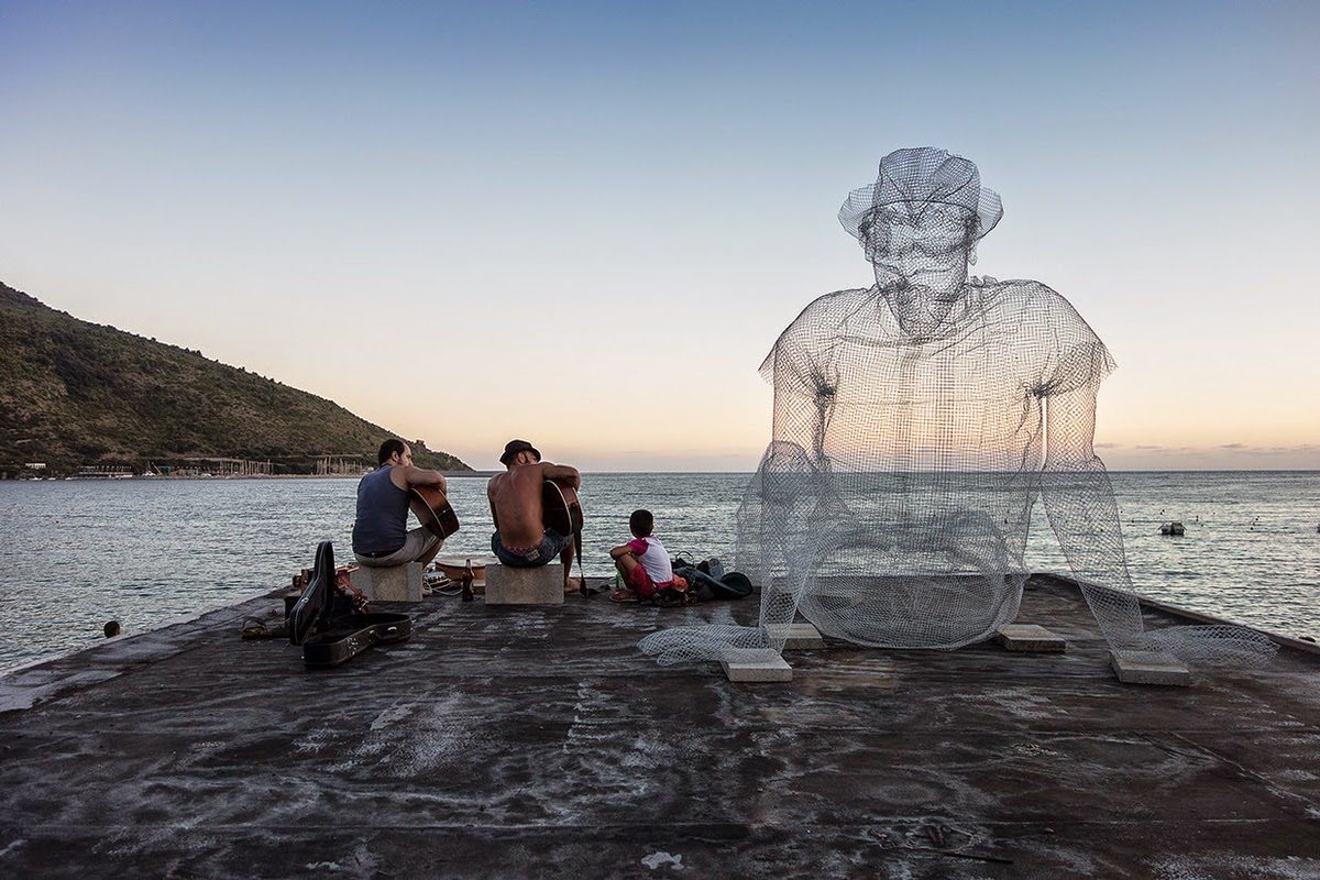 02-Pensieri-Thoughts-Edoardo-Tresoldi-Chicken-Wire-Sculptures-of-People-Frozen-in-Time-www-designstack-co