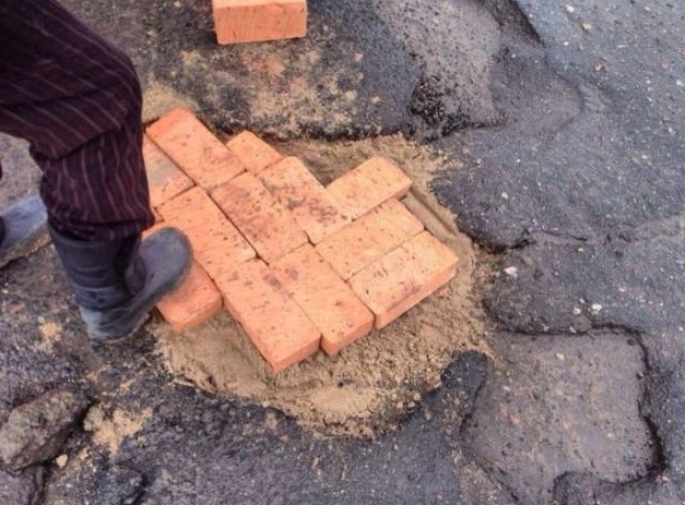 Kontraktor Membaiki Jalan Raya Berlubang Di Russia