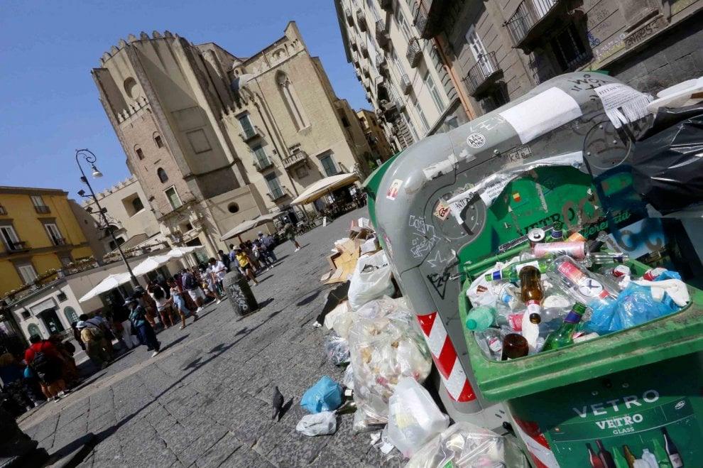 Rifiuti per strada a Napoli