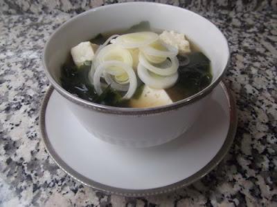 Sopa de miso con wakame y tofu