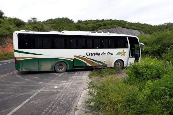 Policías de Guerrero balean autobuses de normalistas de Ayotzinapa.