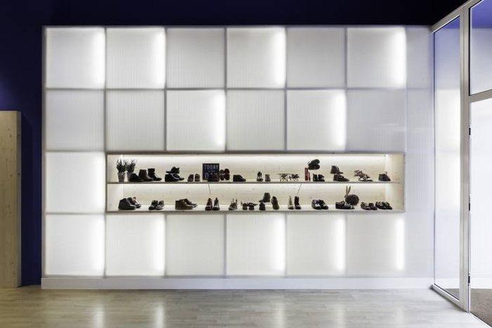 thiết kế tủ trưng bày giày độc đáo
