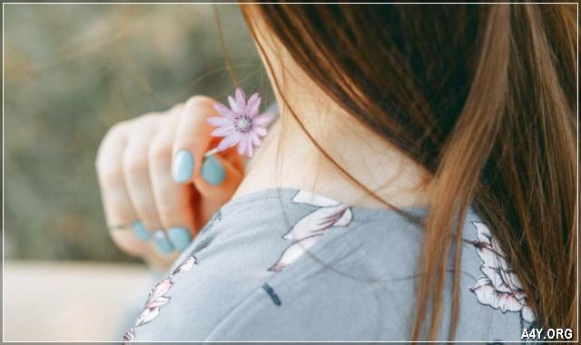 cô gái buồn cùng hoa tím