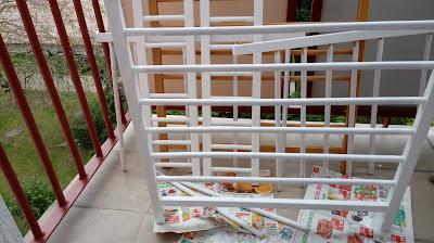 Malownie starego łóżeczka na biało DIY