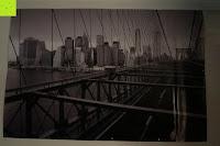 im Dunkeln: Poster NEW YORK - Schönes Manhattan Wandbild der Brooklyn Bridge in schwarz weiß - Hochauflösender Manhattan Skyline Kunstdruck im Format 120x80 cm