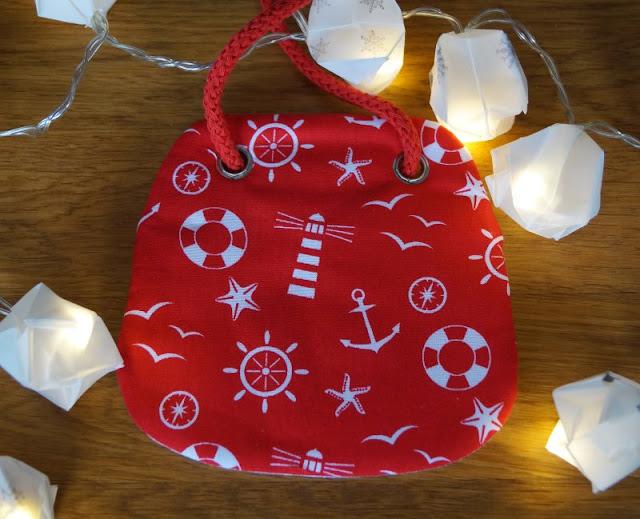 Die Nissedør: Unsere dänische Wichteltür (+ Verlosung). Der Wichtel kann auch Geschenke bringen: Zum Beispiel einen rot-weißen Kinder-Brustbeutel im Dannebrog-Design von Wichtelfee Melanie Berger aus dem fejo Shop.