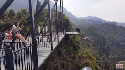 ¡Impresionante! Un columpio a 300 metros de altura es inaugurado en China