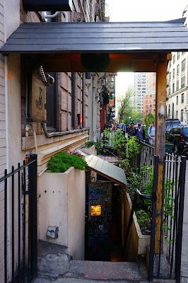 Entrée du Decibel Sake Bar  New York - Le Chameau Bleu Blog Voyage New York City
