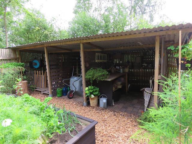 Et romslig og overbygget redskapsområde i Solhem. trädgårdsrundan i Skåne.