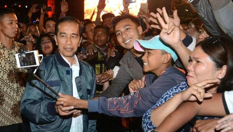 Jokowi selfie bersama warga Parapat, Sumatera Utara