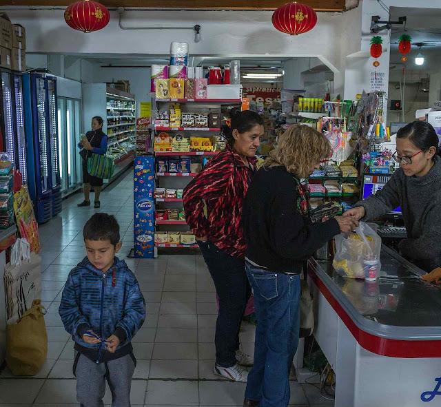 Supermercado Argen-Chino em Las Lajas, é instrumento de propaganda chinesa para seduzir a população local.