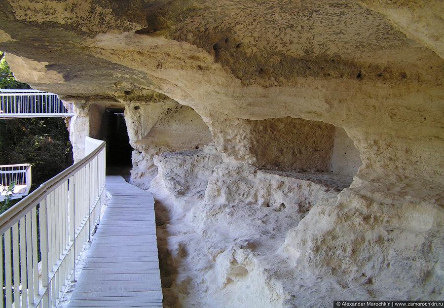 Дорожка из досок в монстыре Аладжа, Болгария