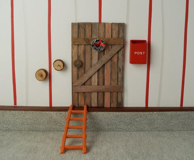 Die Nissedør: Unsere dänische Wichteltür (+ Verlosung). Auch einen Briefkasten, eine original dänische rote Postkasse hat der Wichtel bekommen, darin stecken wir unsere Weihnachtswünsch bzw. Wunschzettel an den Weihnachtsmann.